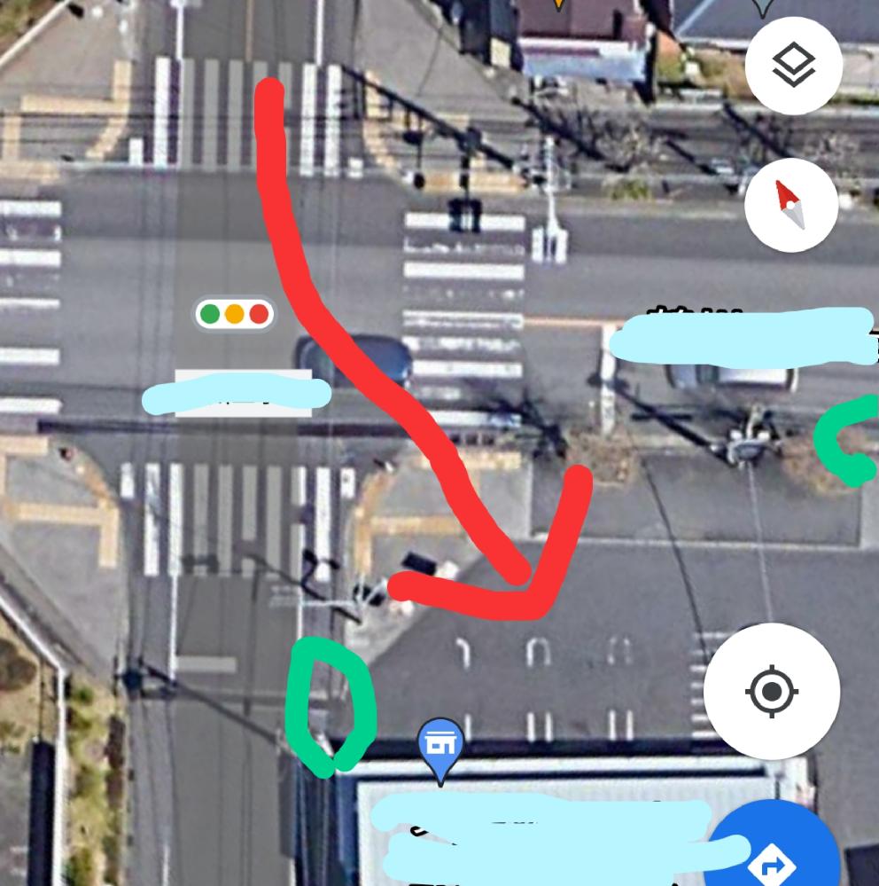交通ルール 画像の赤い矢印で示した車の進入は問題ないのですか? 十字路の交差点で一角にコンビニがあります。コンビニに入ってくる車が画像で示したように横断歩道のところから進入します。これは問題ないのですか?本来?の車の出入口は緑で示した部分です。 免許持ってないので分からないので気になってます。