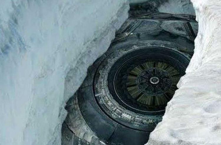 南極大陸で見つかったこのUFOのしゃしは本物なんでしょうか?ハッキリ見てすぎている様な気がするんですが…