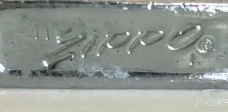 ZIPPOを購入したのですが、底の刻印に 1971年製を示す縦線は確認出来るのですが、bradfordの文字がありません。 このZIPPOは偽物なのでしょうか?