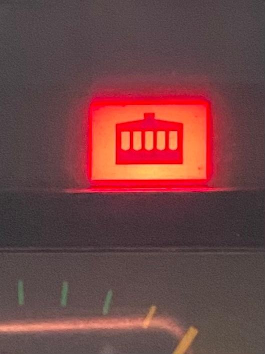 警告灯でこのようなランプがつきました。 何の警告かわかる方教えてください。 大型トラックです。