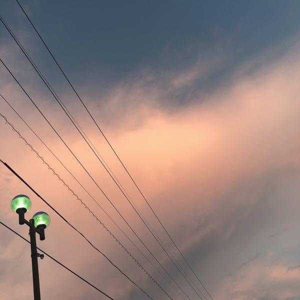 朝5時ごろの空が夕日みたいに オレンジのかかった色をしてました。 2時間〜3時間起きの育児してますので 外はいつも見てますが こんなの初めて見ました。 どうして、このような色に なってるんですか?