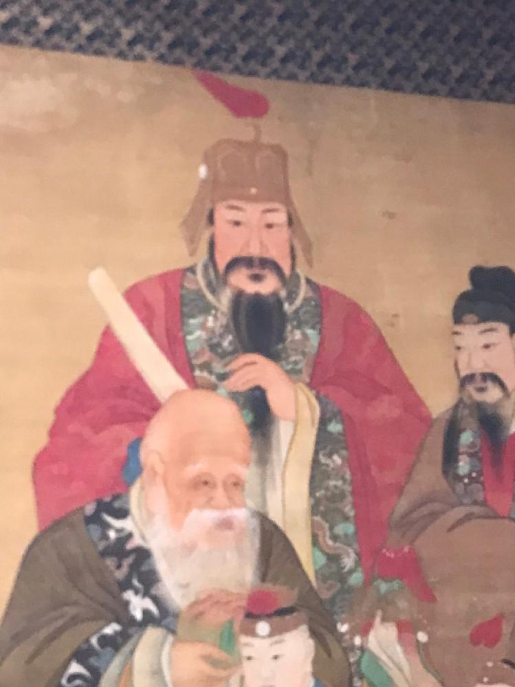 特大横幅150cmの掛け軸なのですが この作者も分からない状態です。 中国の皇帝かな。とは思っていますが、、 赤い服の方はだれですか? ご存知の方がいらっしゃいましたらご教授頂きたいです。よろしくお願いいたします。