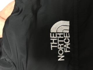 THE NORTH FACE のロゴについての質問です。 こちらの写真のロゴはブート品だと思われますか?