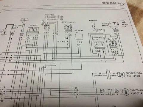 カワサキ 250TRのテールランプ交換で質問させてください ルーカス477タイプの汎用テールランプに変えようとしていますが、こちらは配線が赤色と黒色の2本しか出ていなくて、純正の配線は3本でています どのように繋ぐのでしょうか? このような状況を経験したことがある方や、配線に詳しい方の知恵をよろしくお願いします