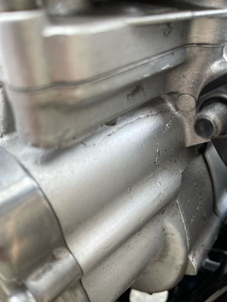 SR400について質問です ファイルエディションですが、3000キロ程走ったところで、エンジンの前の方(クランクの下?)にこのようなヒビが出てきました 型にアルミを流し込む際にできる物でSRは鋳型も古いからファイナルともなれば起こり安いかも、、 という話があり やはり同じような症状も結構あるらしいのですが、気にせず乗っていいものでしょうか? 同じような症状で治した方がいれば、費用はいかほどでしょうか? 気になるので直せるものであれば直したいと思っています