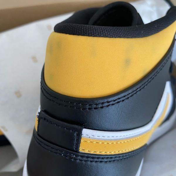 先日、配送でならサイズがあると言われ配送でエアジョーダンを購入したのですが届いてみたら黄色の部分に黒いシミ?みたいな汚れが色んな所に沢山付いていました。 交換の連絡はしようと思うのですがサイズが...