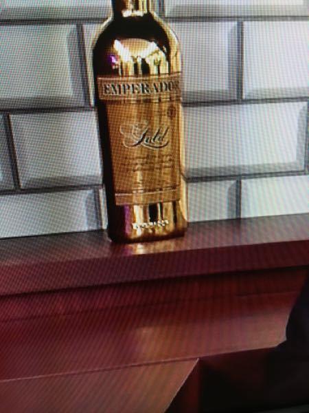 写真のウィスキーをご存知ですか? フィリピンのウィスキーで「エンペラドール」のボルトは透明で黒系のラベルですが写真のは金。 BSのニュース番組で棚に並べてあり他はスタンダードな良質なものを置いてあったので これだけが作り方物とは思えません。 よろしくお願いします。
