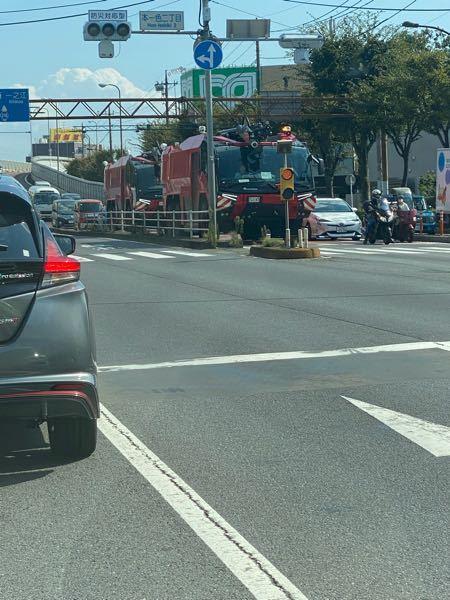 今日、環七を走っていたらこの写真右の赤いトラック?装甲車?を見かけて思わずかっこよすぎて写真を撮ったのですがなんて車種でしょうか?