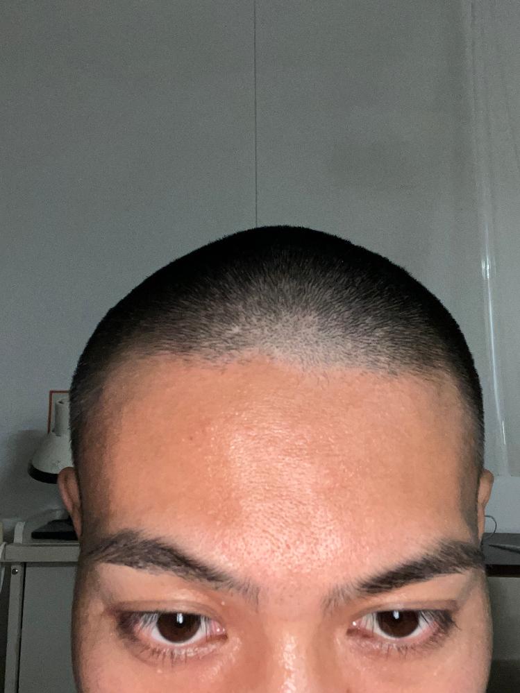 前髪の生え際が斜めってるん事に気がついてから気になってしょうがないです。 上手い誤魔化し方とか無いですか?