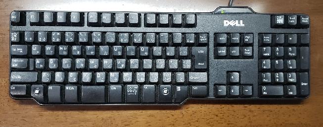 デスクトップのパソコン用にキーボードを探しています。 windows用でカタカタ音がなるような押し心地がある物が良いです。(学校のパソコンのキーボードみたいなもの) 色は黒があれば良いですが落ち着いた色であれば黒でなくても⭕ 出来ればキーボードのキー周り(外側)に余分なスペースがない方が良いですが、これに関してはそういうのがあればいいな程度です。 (参考の画像みたいな感じ) 値段は〜5000円くらいかなと思っていますがいまいち相場がわからない為高くても〜1万までかなと考えてます。 参考になるか分かりませんが、今使ってるキーボードの画像付けておきます。