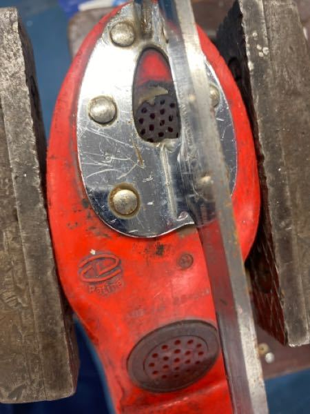 スケートの靴を解体したいのですがこの釘のような部分のはず仕方がわかりません 教えてください