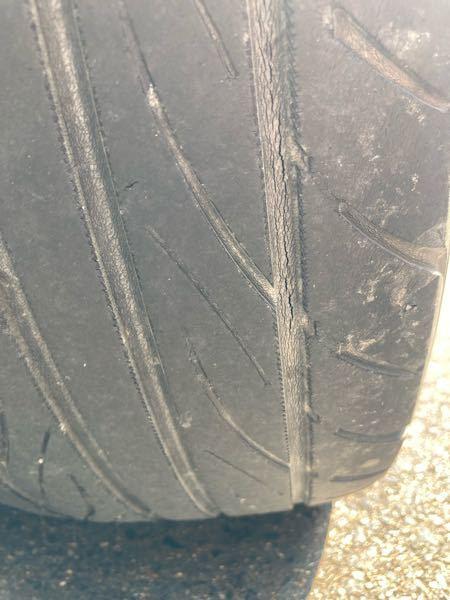 タイヤ選びについて ノート e-power nismoのタイヤ交換を検討しています。サイズは195/55R16で親所有の車両で情報はこれだけです。 現在、新車時に装着されていたヨコハマのs-drive?銘柄のタイヤらしいのですが、3年でヒビ割れが酷い状況です。 何かオススメタイヤは有りますか? スポーツ系で静粛タイヤって有りますか? その他でも結構なので宜しくお願い致します。