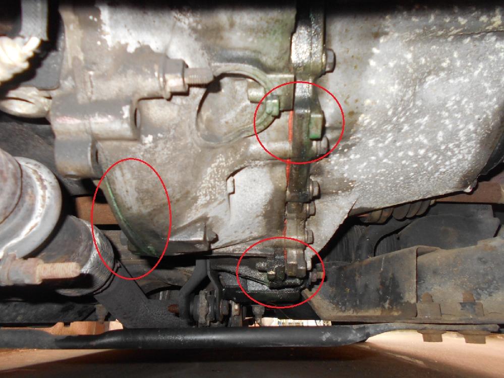 LLCが減るので下回りを見たらエンジン繋ぎ目に垂れてました。 写真の状況を見てどこが悪いと思いますか?