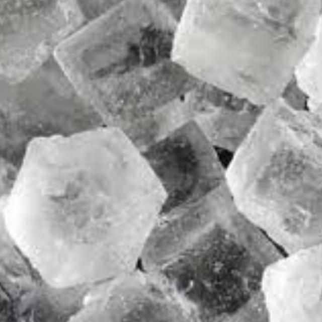 氷を作る時に中に小さな穴(空気)を入れずに凍らせる方法ってありますか?