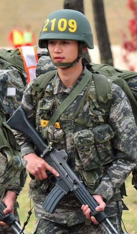 兵役経験後の韓流スターと現代日本の半グレが戦ったらどちらが勝ちますか? 韓流スター、半グレともに好きな刃物のみOKとします。