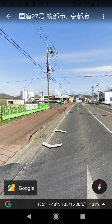 京都府綾部市国道27号線沿いに だいぶ昔にあった ドライブイン 食堂とたしかゲームセンターがあった記憶があります。 現在は 駐車場になっています。 調べてもネットでは他のドライブインばかり出て来ます。 誰か 写真や 店の名前覚えている方いますか? 写真の緑のバリケードの先の大きな駐車場のところにあったと記憶しています。 現在私が42歳 私が高校生の頃に家族と 立ち寄ったのが最後の記憶です。