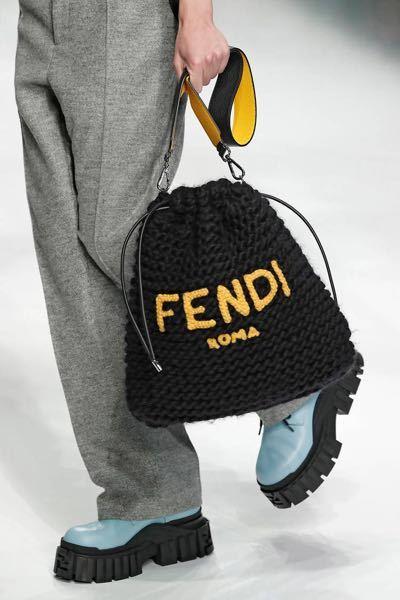 FENDIのこちらのバッグはどこで買えますか?公式オンラインストアやBUYMA等で探しても出てきませんでした。 20AWのルックの画像になります。