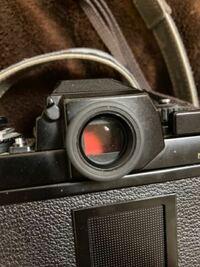 ファインダー内が赤いもので閉ざされてしまい 覗きこむことが出来ません。 直す方法はありますか?  また、どういった時なこういう風になるのでしょうか?  カメラはNikon F3を使用しています。