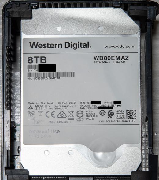 メルカリでウェスタンデジタルのHDDで気になる商品があり質問です。 そのHDDはラベルの色が白色でした。参考画像のような感じです。 これまで赤色を使用しており、ネットで見てもWDのHDDは青や黒、ゴールドなどで白色は見かけません。これはどのような品なのでしょうか?