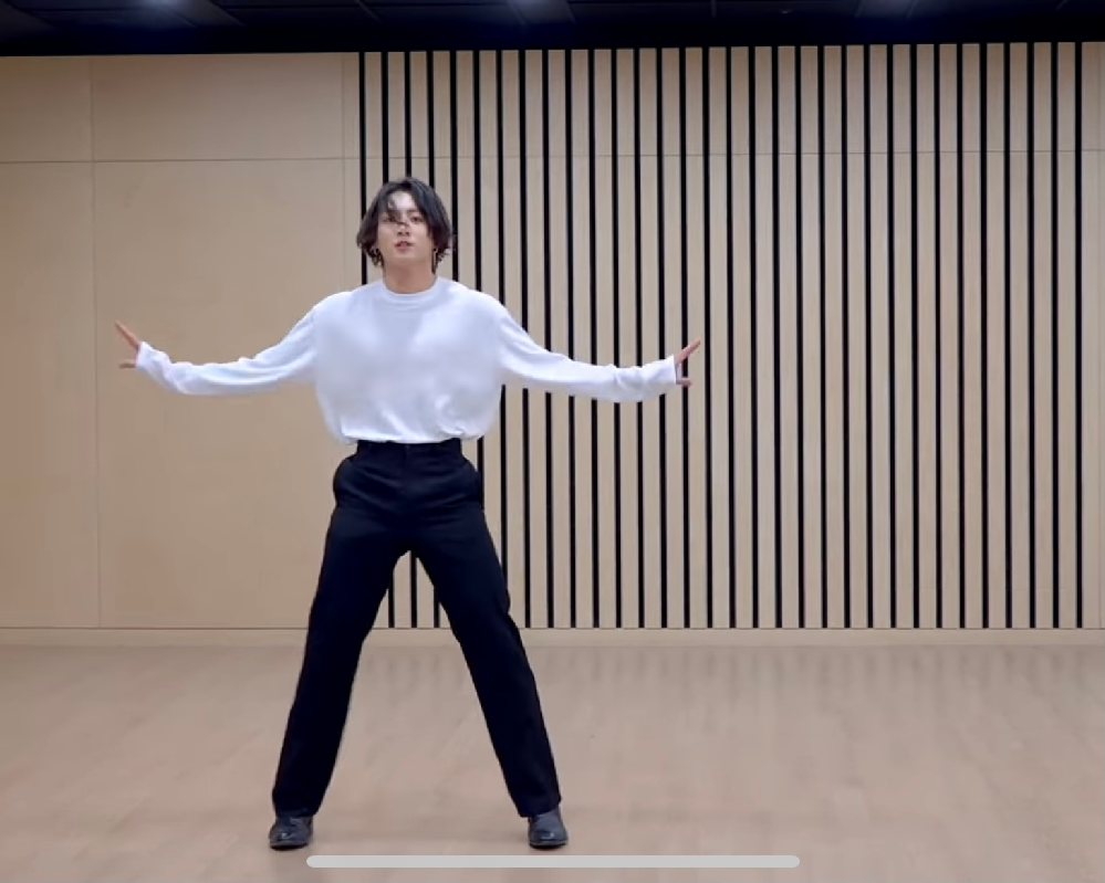 BTS のdynamite dance break practice動画でグクが履いてるズボンがどこのものか分かる方いますでしょうか。 できれば上の服も知りたいです。