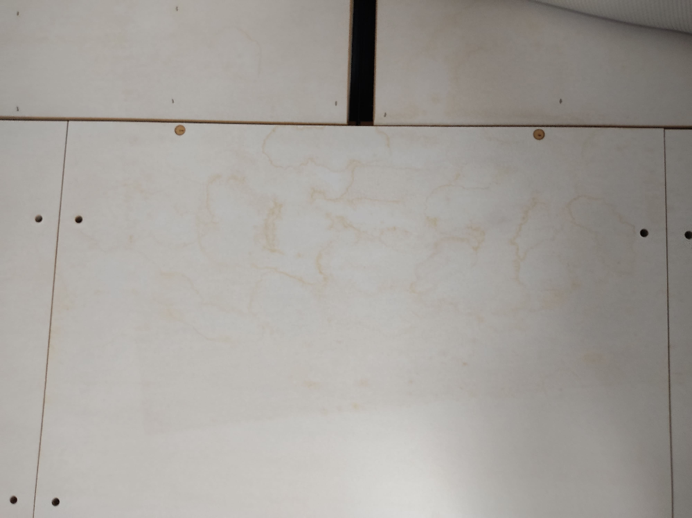 ニトリのベッドに画像のような黄色いシミができてしまいました。マットレスの黄ばみの落とし方はネットで散見されるのですが、木材? のため同じやり方でいいかわからず困っています。ニトリのサイトによると...