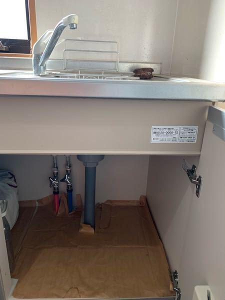 キッチンに洗面台を一つ新たに作りたいです。既存の流しがあるのですが流しの吸水管、排水管を分岐させて新しい洗面台につなぐ方法があったら教えてください DIYをして工事代金をかけないでできないかなと思って投稿しました。ご存知の方、よろしくお願いします 念のため流しの写真を乗せておきます