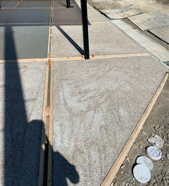 突然の質問失礼致します。 一昨日に新居の洗い出しコンクリートを施工していただきましたが、写真のように線のようなムラや痕があります。 これはどのような原因で起き、また今後改善するためにはどうしたら良いのか教えていただけないでしょうか。 よろしくお願い致します。