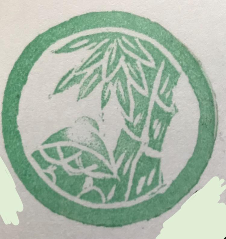 家紋にめちゃくちゃ詳しい人、お願いします。 神社で御朱印を頂いたときに 徳川家の三つ葉葵と、もう一つ見慣れない家紋がありました。緑色の家紋です。聞いたところ家紋一覧に出てくるような家紋では無いとのこと。埼玉の神社の御朱印です。 機織りを振興させた高橋新五郎と妻、新五郎が信仰していた関東宮を合祀した神社で「はた神様」とも呼ばれています。後世、新五郎が創業した日を記念した機まつりが毎年行われています。 との事で実際に徳川と関係あるマニアックな古めの資料に御朱印を頂きました神社な名前もありました。 さて質問の家紋なのですが… 【丸に切り竹笹に傘 】【丸に二本竹に傘】の家紋に似てますが ・傘の紐の数が違う ・【傘】+【足軽傘】に【唐人傘】の紐の数 ・反転している(印なのでほったひとが反転を間違えている可能性あり。丸に切り竹笹に傘の場合) ネットでしらべるには限界がこの辺りです。 とてもお詳しい方、よろしくお願い致します。