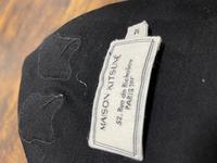 メゾンキツネのTシャツをメルカリにて5000円で購入したのですが、写真のような透明な釣り糸みたいなので縫われていて、チクチクします。これは偽物なのでしょうか?? 有識者の方お願いします。