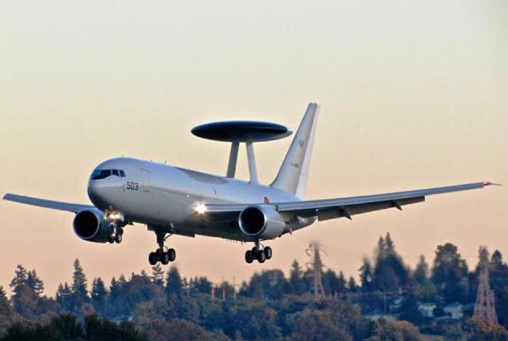 これは空飛ぶ円盤が飛行機を飛ばせているのでしょうか?