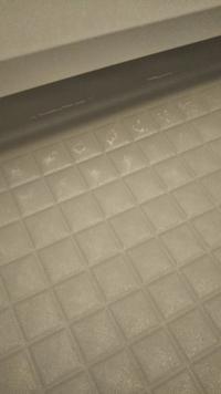 お風呂の床のタイルについた白い汚れの落とし方を教えてください。 LIXILアライズの床に、乾くと白い汚れが浮き出てきます。 別件でLIXILの業者さんがきた時に、キンチョーのティンクルをおすすめされたので試してみたのですが効果がなく、職人魂シリーズの風呂職人も試したのですが結果は同じでした。 去年戸建てを購入したばかりで、白い汚れに気付いてすぐに上記を試しているので長年放置しているわけではな...