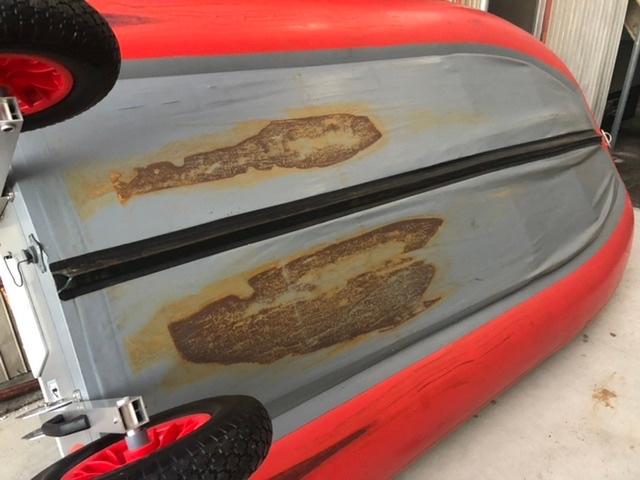 アキレスのゴムボートをトラックで運搬したら、写真の様にサビが付いてしまいました。取る方法はありますか?教えてください。