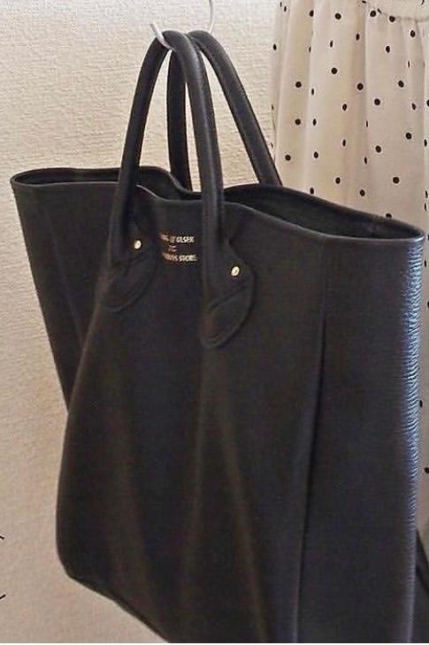 画像のバッグはどちらものでしょうか。 最近よく見かけるのですが、ブランドが分かりません。 分かる方いらっしゃいますか?