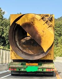 このトラックに積んでいる重機?は何に使うものでしょうか?