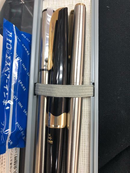 左右の万年筆の品名?や商品詳細をご存知の方おられませんでしょうか 左の細軸はパイロットのもので右はPLATINUM万年筆です また、真ん中の万年筆はPLATINUMのポケット14Kだと思うので...