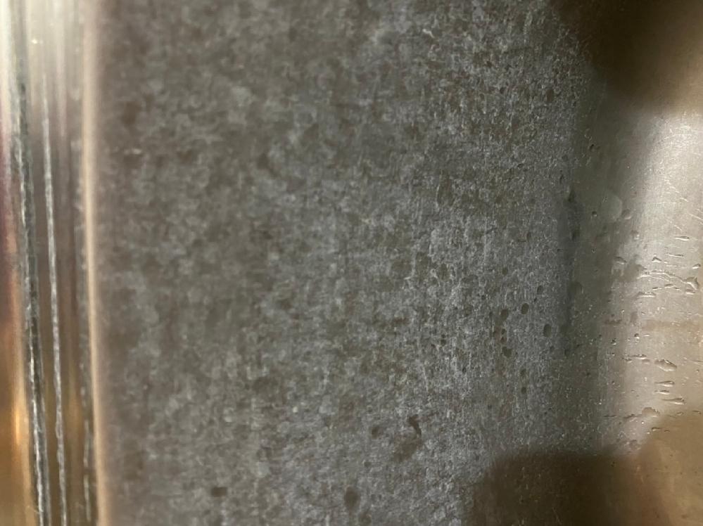 台所の流しの画像ですが水垢ですか? 西友の食酢をスプレーでかけてから体を洗う用のスポンジタオルで擦りました。 どのようにしたら取れますか? よろしくお願いします。