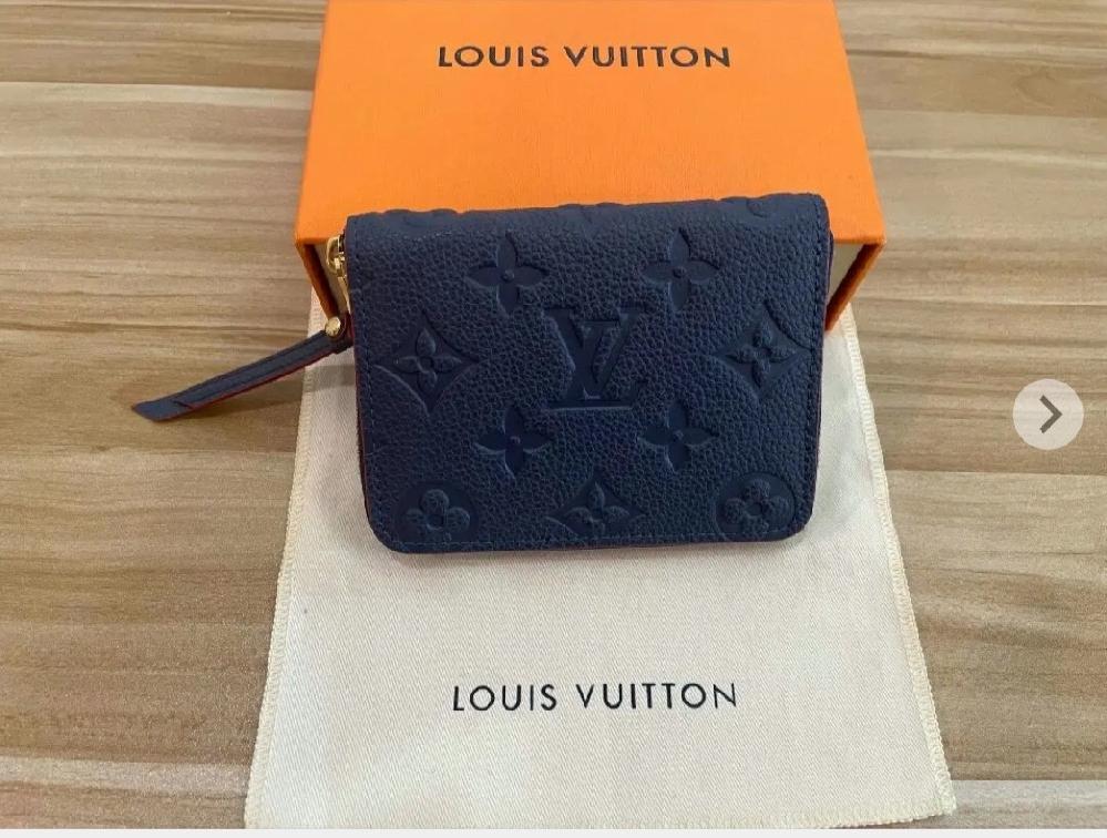 ルイヴィトンのコインケースがメルカリで売ってますが、この色のジッピーコインパースって本物で存在しますか?