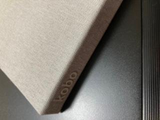 添付写真のKoboのカバーを黒っぽくしたいのですが、染めることはできるでしょうか? できそうであれば、方法や必要な道具などを教えて下さい。 宜しくお願いします。