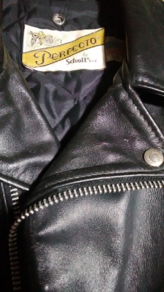 僕はSchottの革ジャンが大好きで、今まで10着以上買った革ジャンはパチもんも入れると全てSchottのダブルタイプです。未だに一番気に入ってるものは30年以上着ています。 そこで皆さんに質問ですが、僕はラモーンズやギターウルフなどのようにサイズが小さめのをピッチリした感じで着るのが気に入っているのですが、みなさんは革ジャンはどのように着こなすのが好きですか? 小さめをピッチリですか? それとも大きめをゆったり着るのが好きですか? また好きな革ジャンのメーカーは何ですか? 革ジャン愛好家の皆様、よろしくお願いいたします!