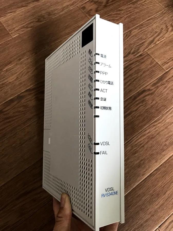 ルーターの買い替えを検討しています。 現在、バッファロー製の「WHR-300HP/U」というルーターを使用していますが、キッチンの電子レンジを使う度にインターネットと接続が切れてしまうことや、そうでないときもいまいち接続が安定しないこと、最近ルーター本体から耳を近づけると「キーッ」という機械音が聞こえ始めたことから、この改善のためにルーターの買い替えを検討しています。 買い替え先候補は次の3つです(それぞれの価格帯から選びました)。 ①WSR-1166DHPL2/N 11ac ac1200(\3,480) https://www.amazon.co.jp/dp/B086WDY9XS ②Wi-Fi6 11ax / 11ac AX1800 573+1201Mbps(\8,800) https://www.amazon.co.jp/dp/B091PRVN61?th=1 ③Wi-Fi6 11ax / 11ac AX5400 4803+574Mbps(\14,646) https://www.amazon.co.jp/dp/B09655GG51?th=1 ルーター設置場所から常用PCまでは約10m、間に壁が2枚あります。 ①~③、どのルーターであれば、少なくとも電子レンジによるネット接続干渉を改善できる効果が期待できそうでしょうか。お知恵をお餅の方がいらっしゃれば是非お貸しいただきたく思います。 ちなみに、モデムはOCNの添付画像のようなものです。 何か他の要因や、ルーター買い替え時の注意点なども頂戴できると大変ありがたいです。m( )m