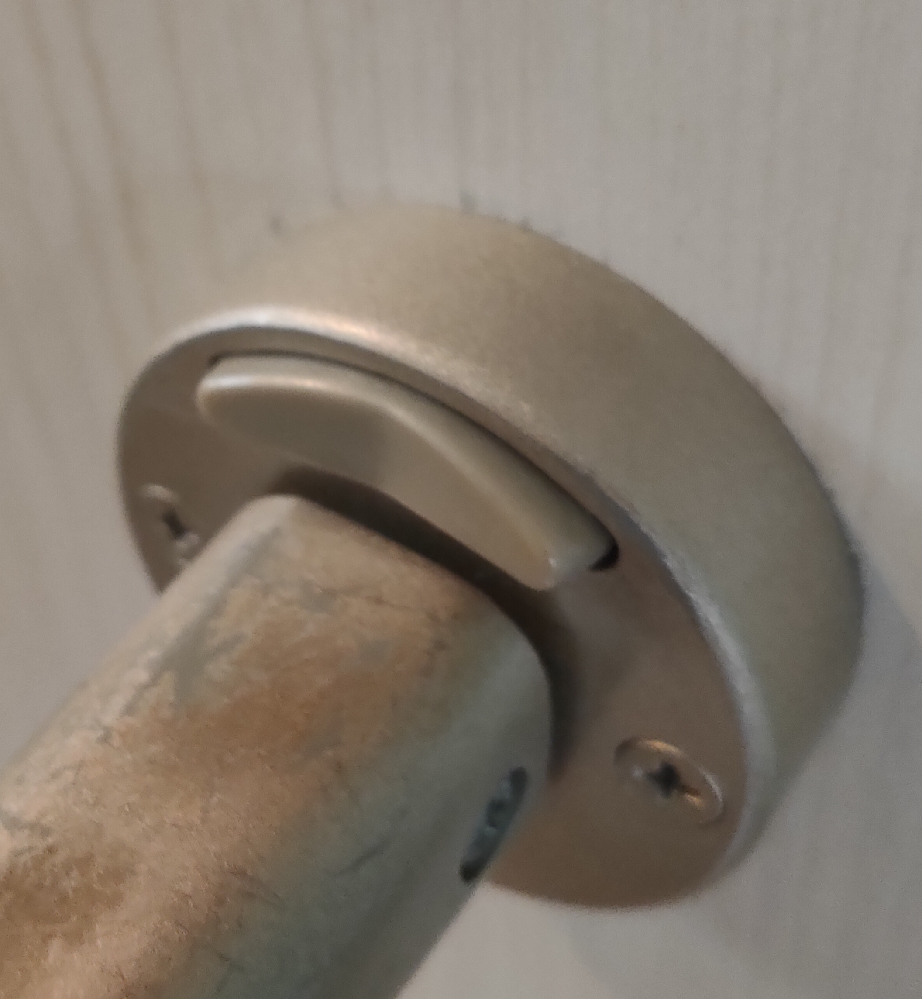 トイレのドアの鍵のかかりが甘く、押すタイプの鍵をかけてもカチッとならず、ビミョーなのですが、軽く取っ手を下に引くと、一応かかってる感じにはなりますが、力強く引くと開いてしまいます。 そもそも鍵を掛けても鍵の部分がカチッとならず、写真のような中途半端な位置になります。 自分で修理出来るでしょうか?