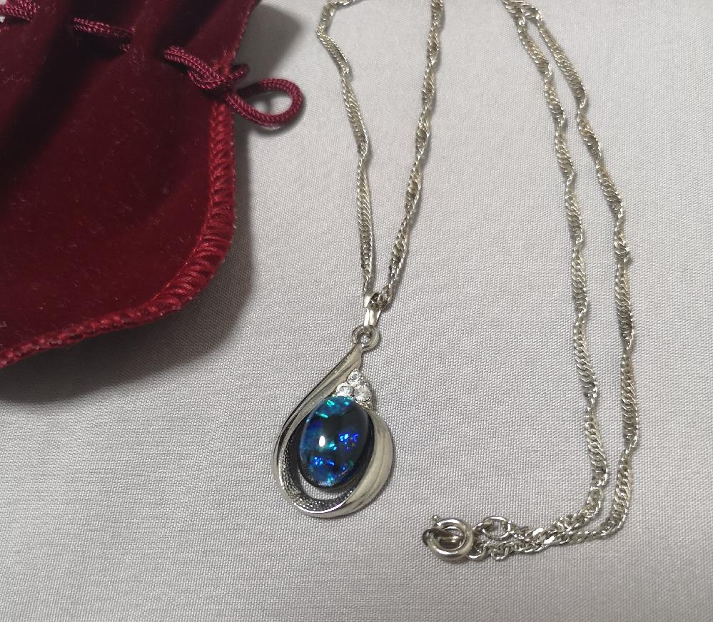 宝石に詳しい方に教えて頂きたいです! 昔に祖母から貰ったネックレスなのですが、これはなにかの宝石なんでしょうか? 使わないので処分するか困っています。。 刻印などは何もありませんでした。 よろしくお願いしますm(_ _)m