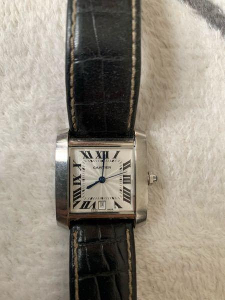 20年ほど前に調剤薬局の社長が腕につけていた時計をあげる!と言って頂きました。 当時本物ではないだろうと思いそのまま放置していましたが、本物ならばオーバーホールに出して大事にしたいと思いまして。 この時計は本物でしょうか。 また、近くにカルティエが無いのですが、どこに出したら良いでしょうか。 本物じゃなかったら恥ずかしくて。 Ⅶの文字盤にかなり小さくCartierと入っています。 裏には Cartier Quartz SWISS MADE 987901 27968 と書いてあります。