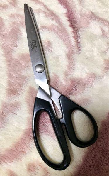 ピンキングハサミ はさみ 鋏 写真のピンキングハサミの、メーカー名は分かりませんか? ギザギザ刃です。 文字は、 MX? STAINLESS JAPAN と書かれています。