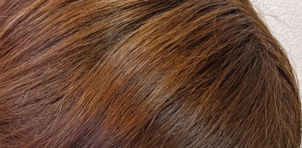 美容師またはカラーリングに詳しい方教えてください。この髪色はトーンで言うと何番くらいですか? 8〜9番の間くらいでオーダーし染めてもらいました。 ブリーチしてから染めています。 染めてから3週間経ったのですが、はじめより色が抜けて明るくなったような気がします。 勤め先が11番までオッケーなんですが、11番より明るくはなっていませんか? 大丈夫でしょうか。