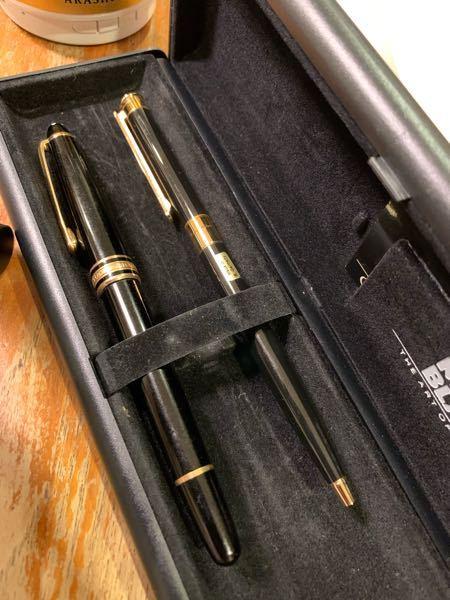モンブランのボールペンと万年筆についての質問です。 祖父からもらった万年筆とボールペンのセットで、いつのものかが分からないのですが「Made in w-Germany」というシールが付いているの...