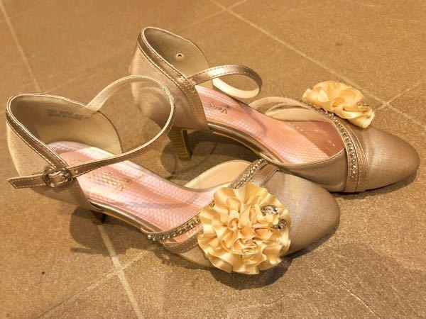 この靴は結婚式で履けますか? 昼のお式です。花の飾りは取れます。 ドレスは紺色のものを着ます。