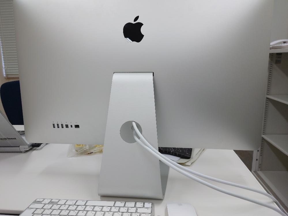 iMacの電源について 写真のimacの電源が入りません ※知人からもらったので、型番は分かりません キーボードの電源はあったのですが 押しても反応ないし 本体にも電源がないです どうすれば電源が入って起動するでしょうか