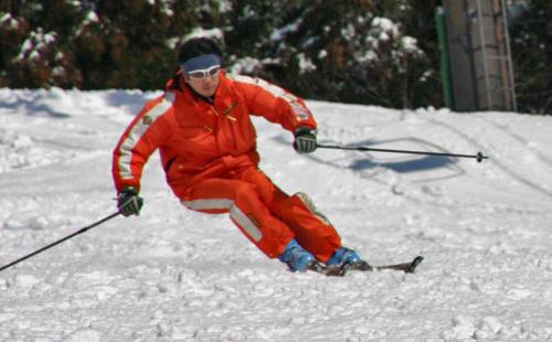 スキーの上手い人に質問です。 スキーの上手い人は大回りでも小回りでも膝が90度位に曲がっている時があると思うのですが皆さんそのポジションを耐えているのですか? 脚力は使いますか? 私はお腹が出ていて耐えるのが大変です。 痩せている方のが有利ですか? 脚力は必要なくポジションの問題ですか? 教えてください。