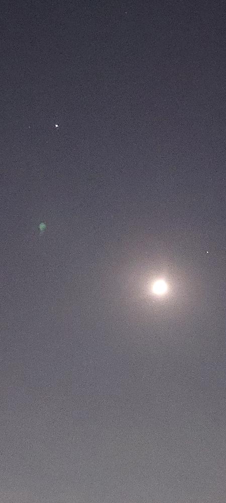 南の空、月の近くで一番輝いている星はなんて言う星ですか?画像では分かりにくいですが、星が二つに見えます。